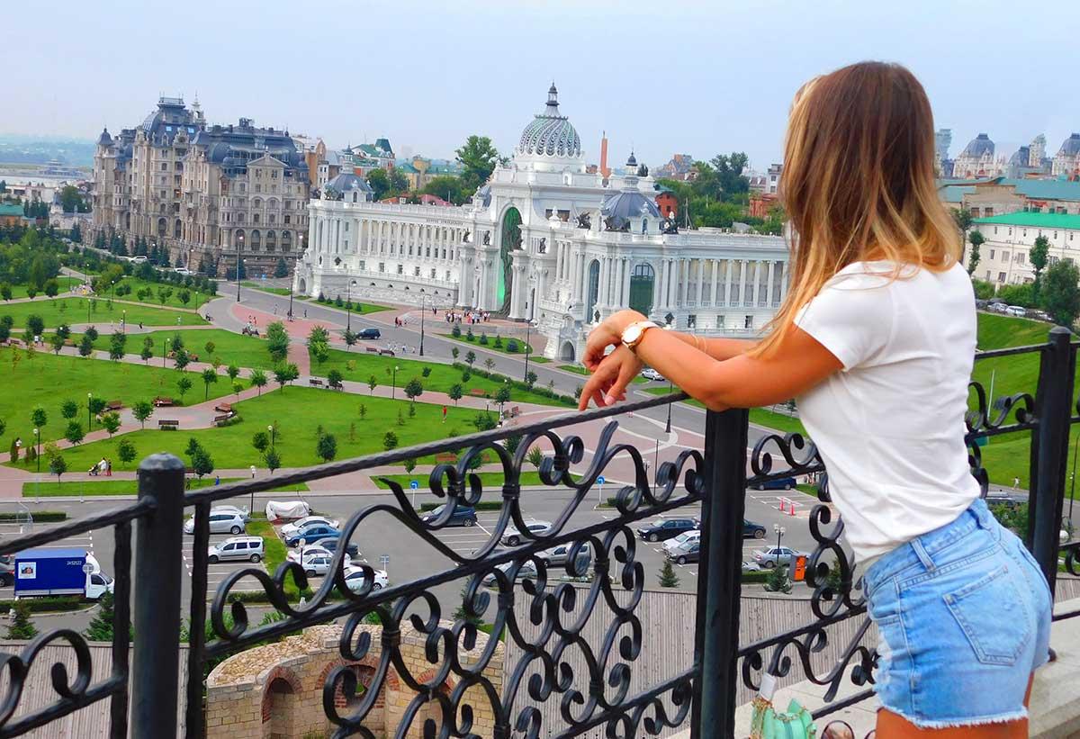 Смотровая площадка Казанского Кремля открывает вид на дворец земледельцев