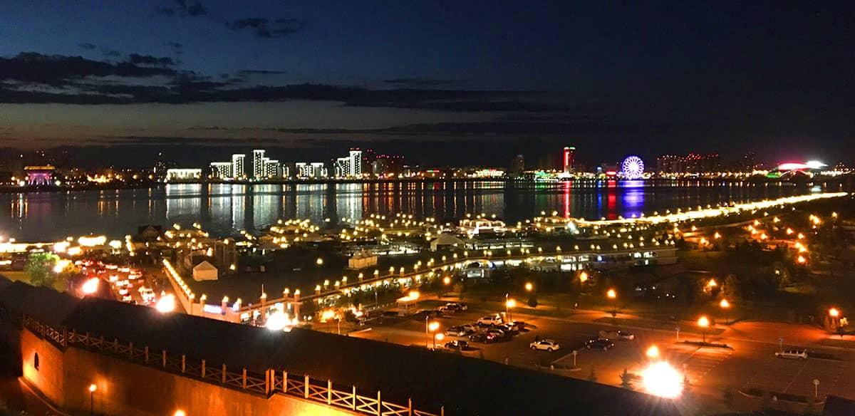 Ночной города на смотровой площадке в Кремле