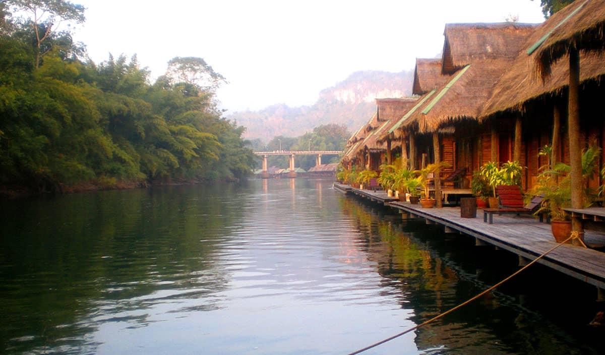 Сплав на плоту по реке Квай среди джунглей