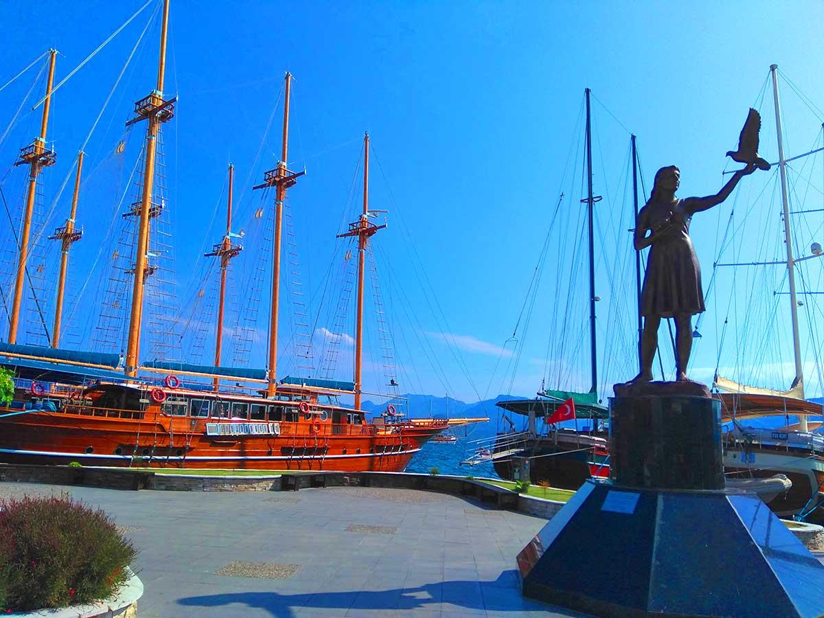 Памятник девушке в Мармарисе