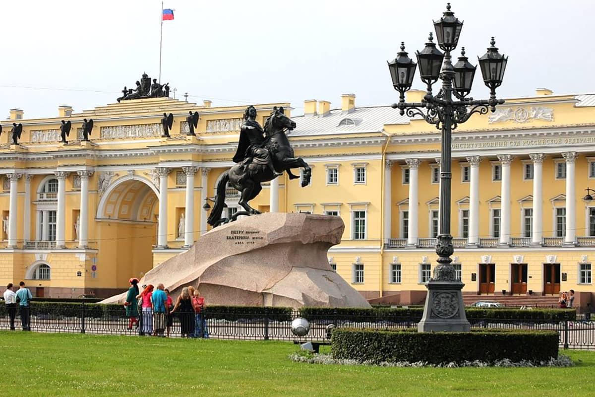 Сенатская площадь и памятник «Медный всадник»
